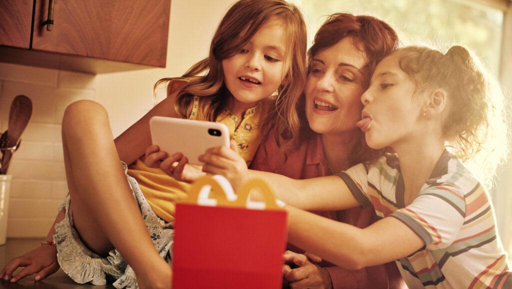 Arcos Dorados elimina los colorantes y saborizantes artificiales de los productos de la Cajita Feliz de McDonald's